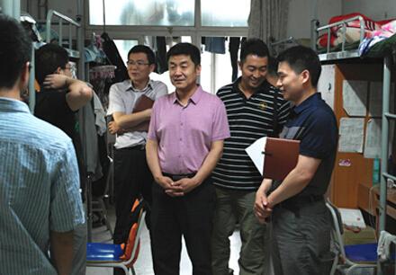校领导带队走访学生宿舍